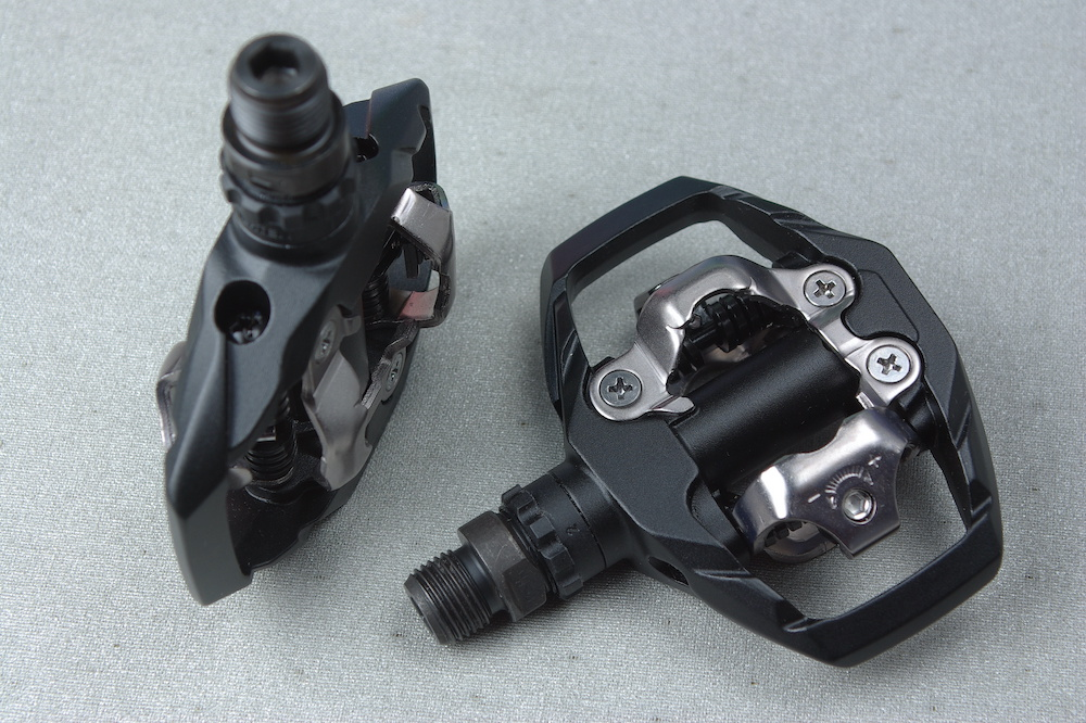 difference between clipless or flat mountain bike pedals